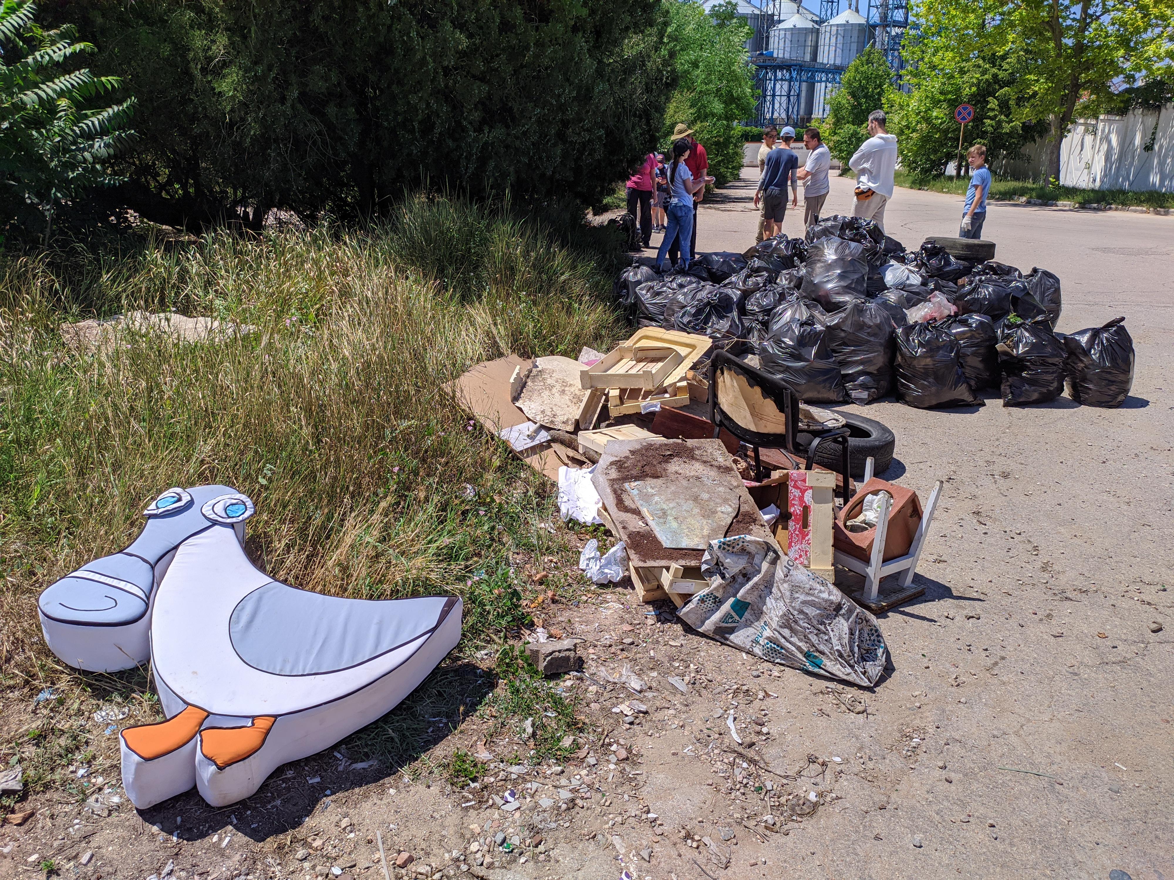 Активисты Sevsvalki.net хорошенько почистили сквер возле рыбпорта