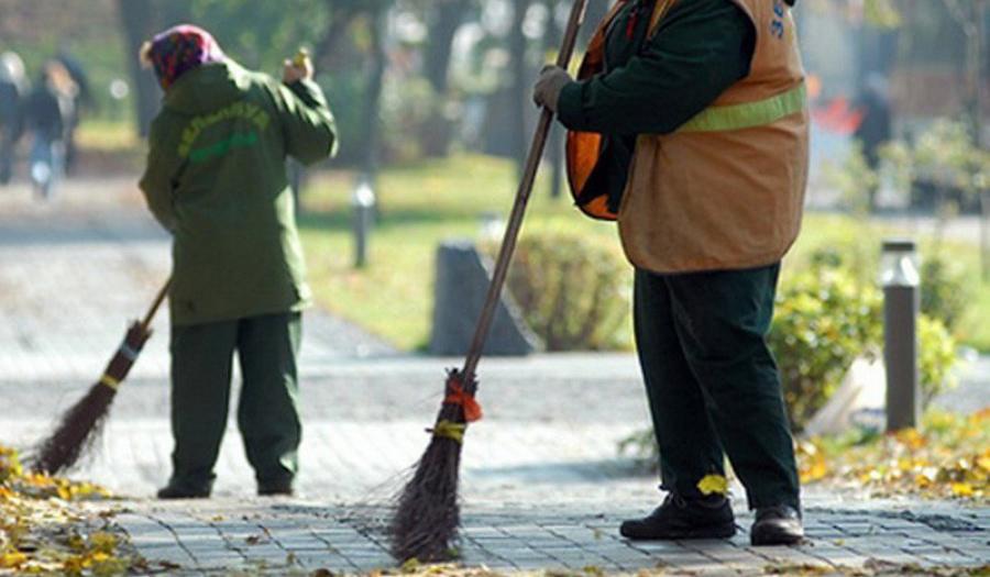 Дворник метет листья картинки