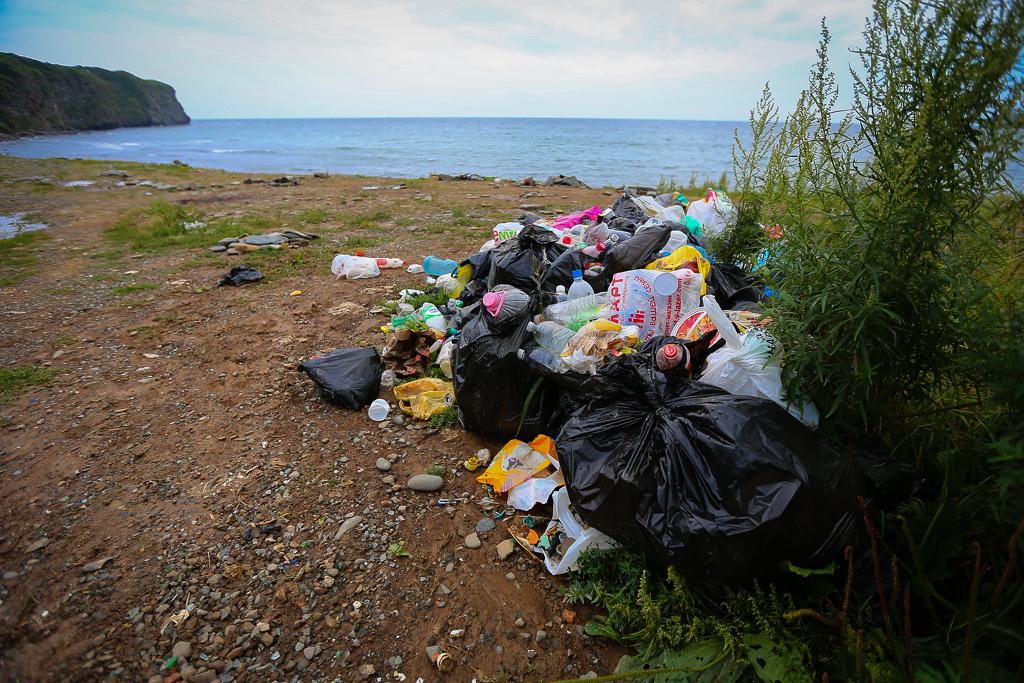 мусор на берегу картинки