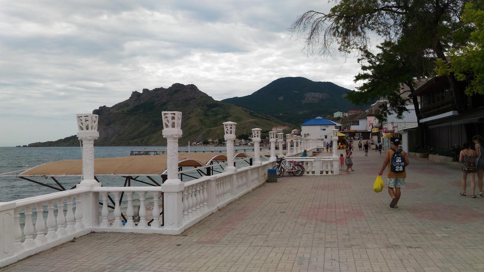 два фото пляжа и набережной в коктебеле позже бывший муж